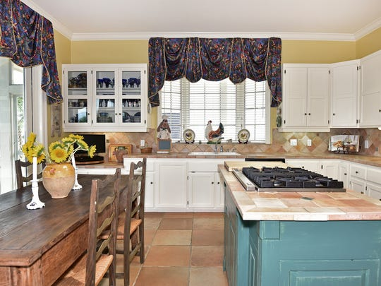 525 Deer Point Drive, the spacious chef's kitchen.