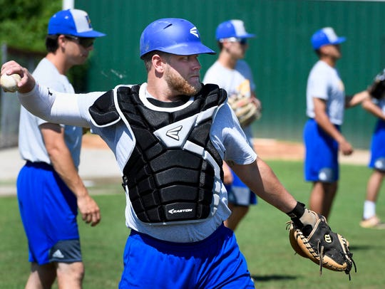 Justin Robinson, Rockwell, Tx., warms up with some