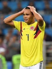 Carlos Bacca lamenta la derrota de su equipo.
