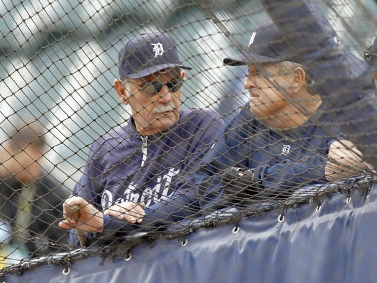 Detroit Tigers manager Jim Leyland, left, talks with