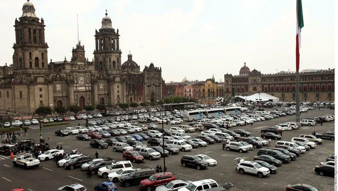 El Gobierno del Distrito Federal se deslindó de la decisión de las fuerzas de seguridad de utilizar el Zócalo capitalino como estacionamiento durante la ceremonia en Palacio Nacional con motivo del segundo informe de la gestión del presidente mexicano, Enrique Peña Nieto.