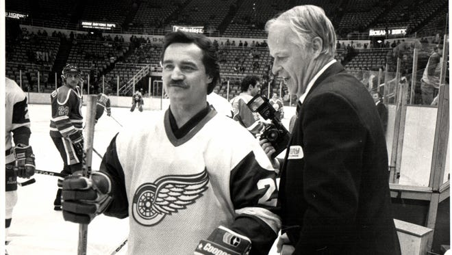 Rick MacLeish, the newest Detroit Red Wing, talks to Gordie Howe, right, before his first game.