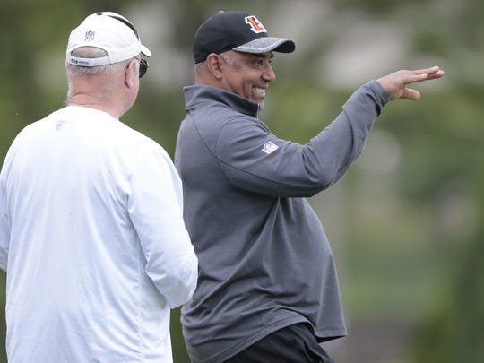 Cincinnati Bengals head coach Marvin Lewis, right, talks with team president Mike Brown, left, during a practice in 2017.