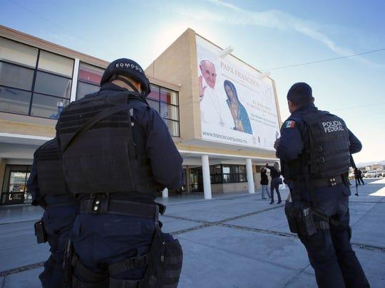Federal police stand guard outside the Seminario Conciliar