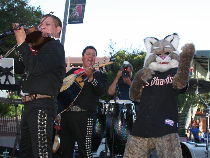 Baxter, la mascota de los D-backs, canta con los mariachis.