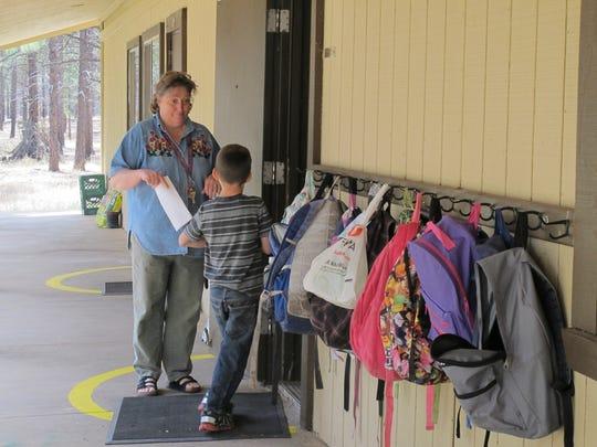 Son pocas las escuelas en AZ que ya comenzaron a recibir a sus alumnos de vuelta, sobre todo las pequeñas escuelas en áreas rurales de Arizona.