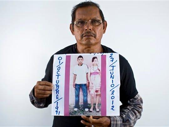 Jaime Velázquez Betancourt sostiene una fotografía
