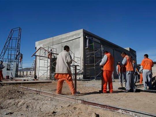 Reclusos trabajan en la construcción de una capilla en una cárcel de Ciudad Juárez que el papa Francisco visitará el 17 de enero. (AP Photo/Darío López-Mills)