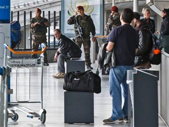 Soldados franceses patrullan una estación de autobús en el aeropuerto Charles de Gaulle en Roissy, en el norte de París, el martes 22 de marzo de 2016. Las autoridades aumentan la seguridad en los aeropuertos y calles de ciudades europeas tras los ataques en el aeropuerto y metro de Bruselas en donde se han reportado al menos 26 personas muertas. (Foto AP/Michel Euler)