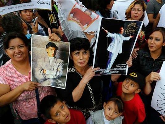 636087833629980840-Juan-Gabriel-fans.jpg