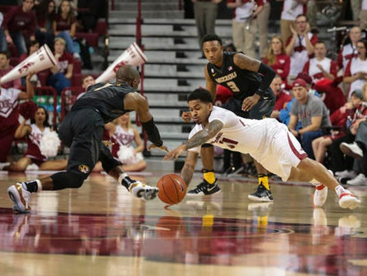 Arkansas' guard Anton Beard (31), Missouri's guard Terrence Phillips (1)