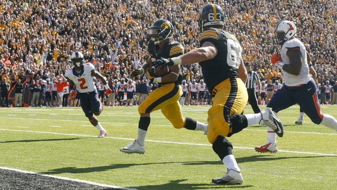 Iowa running back Jordan Canzeri runs the ball in for an Iowa touchdown against Illinois on Saturday, Oct. 10, 2015, at Kinnick Stadium in Iowa City, Iowa.