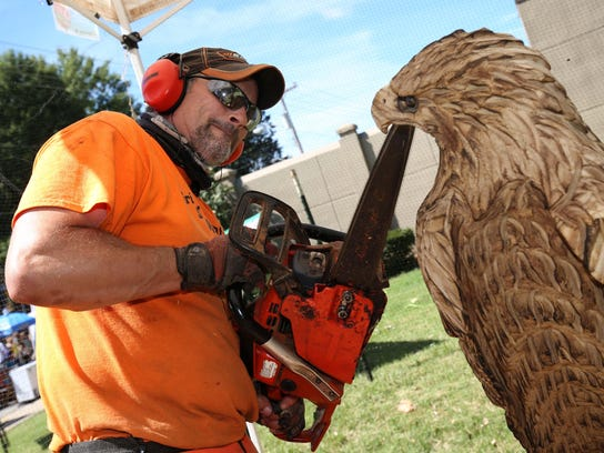 Kieth Gregory of Grizzly Mountain Saw Works carves