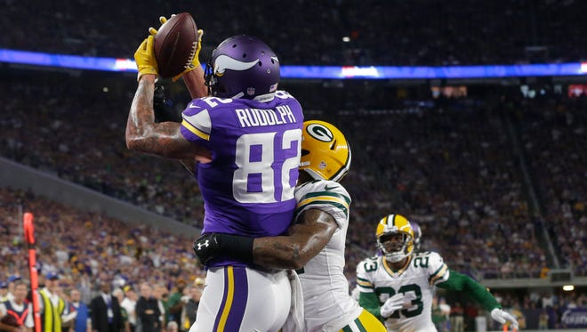 Minnesota Vikings tight end Kyle Rudolph catches a touchdown pass despite the efforts of Green Bay Packers strong safety Morgan Burnett.