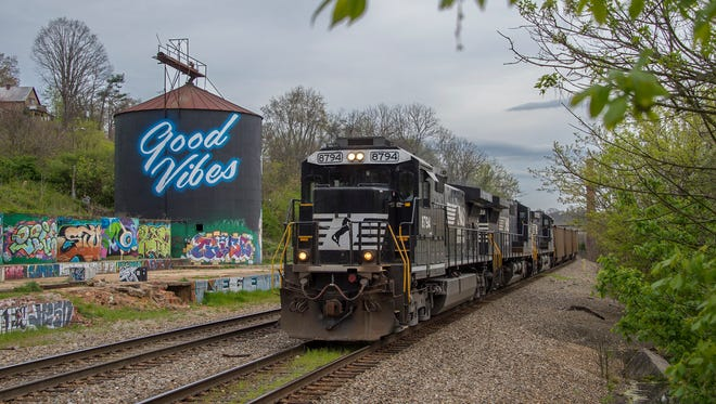GE D9-40C No. 8794 leads an empty Catawba River coal train west out of Asheville, passing an old grain silo in the River Arts District.