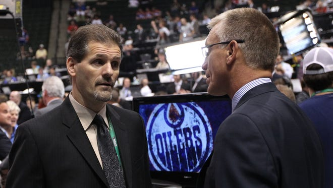 Ron Hextall, left, is set to become the Flyers' seventh general manager in club history. Paul Holmgren, right, will become team president.