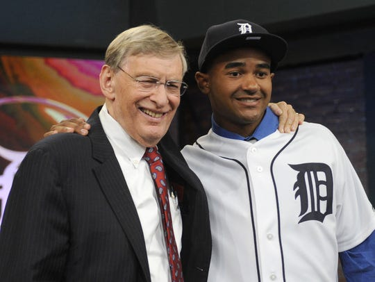 Former MLB commissioner Bud Selig, left, poses with