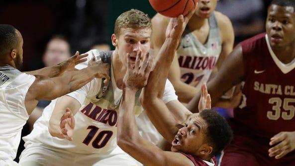 Santa Clara's Jarvis Pugh passes as Arizona's Lauri