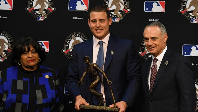Roberto Clemente Award recipient Anthony Rizzo poses for a photo with Vera Clemente (left) and MLB commissioner Robert D. Manfred.
