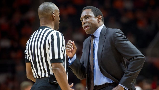 Alabama coach Avery Johnson disputes a call with the referee during an NCAA college basketball game against Tennessee Saturday, March 4, 2017, at Thompson-Boling Arena in Knoxville, Tenn. (Calvin Mattheis/Knoxville News Sentinel via AP)