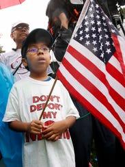 Michael Claros, de 8 años, participa en la protesta