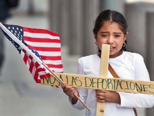 """Yesenia del Carmen, de 8 años, pide """"No a las deportaciones""""."""