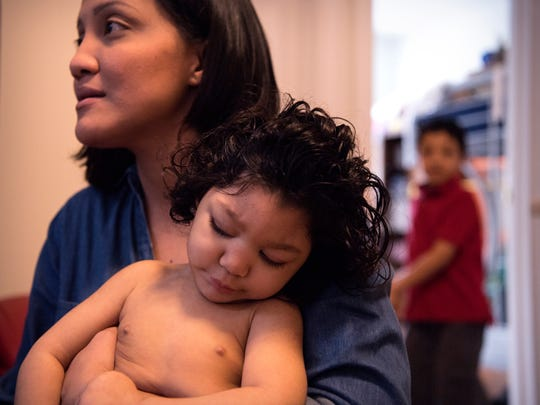 Claudia Funes y su hija, Darah, 1, que nació con microcefalia causado por el virus del Zika  en su departamento el sábado 3 de marzo de 2018.