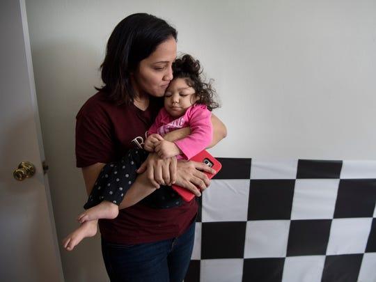 Claudia Funes con su hija, Darah, 1, que nació con microcefalia causada por el virus del zika, en su departamento el viernes 16 de marzo de 2018.