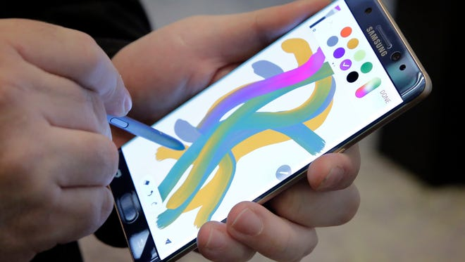 A color blending feature of the Galaxy Note 7 is demonstrated in New York.