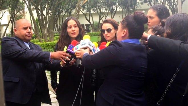 En medio de su dolor Zuria y Marimar Vega, hablaron brevemente con la prensa.
