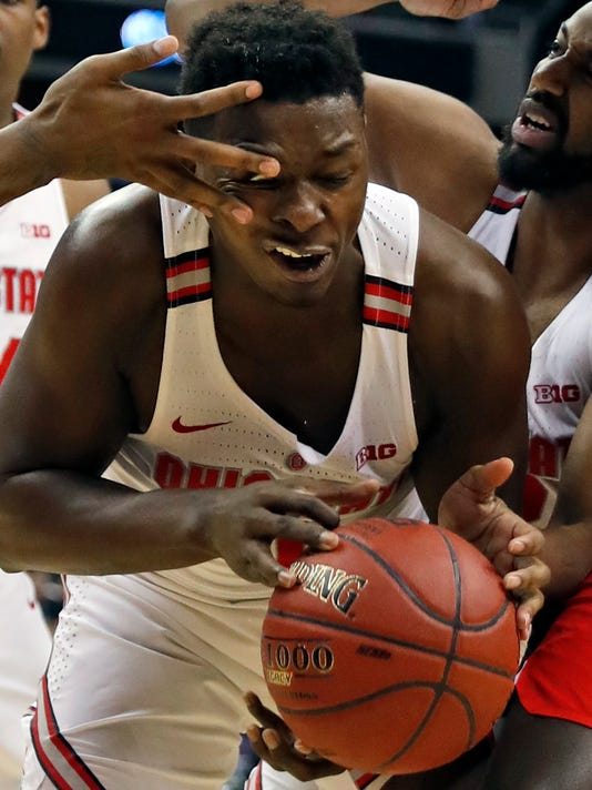Ohio State forward Jae'Sean Tate (1) gets a finger to the eye as he tries to control the ball under the basket during the second half of an NCAA college basketball game against Rutgers in the Big Ten tournament, Wednesday, March 8, 2017, in Washington. Rutgers won 66-57. (AP Photo/Alex Brandon)