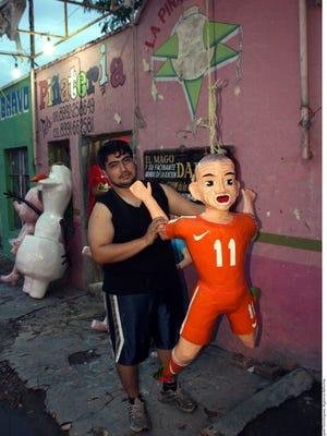 Dalton Ramírez, creador de la original piñata.