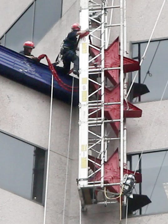 Self Leveling Scaffolding : Workers self rescue from failed skyscraper platform
