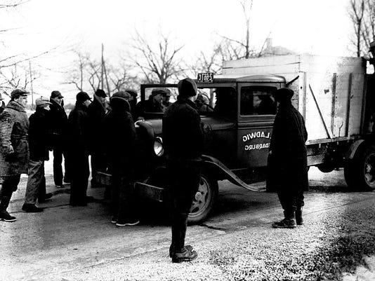636634536135411441--1-211-98-5-Milk-strikers-hold-up-trucks-near-Saukville-2-20-1933.jpg