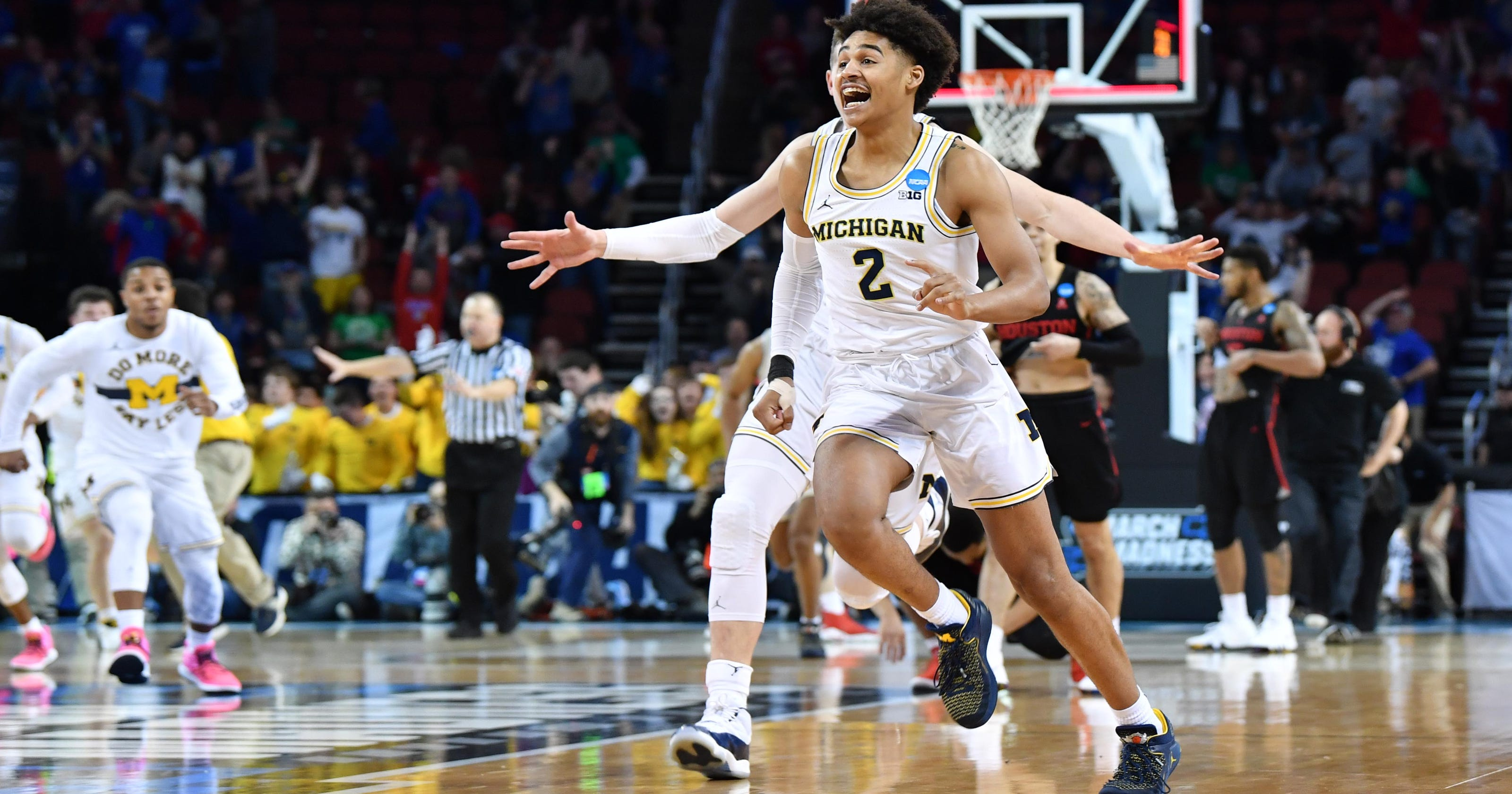 info for 5669e aa0f6 Michigan stuns Houston with buzzer-beater by Jordan Poole