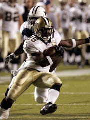 New Orleans Saints running back Reggie Bush (25) runs