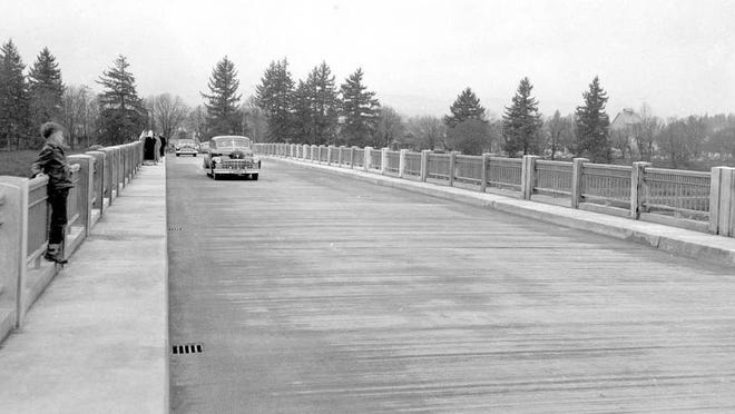 The first cars cross the Independence Bridge on Dec. 18, 1950.