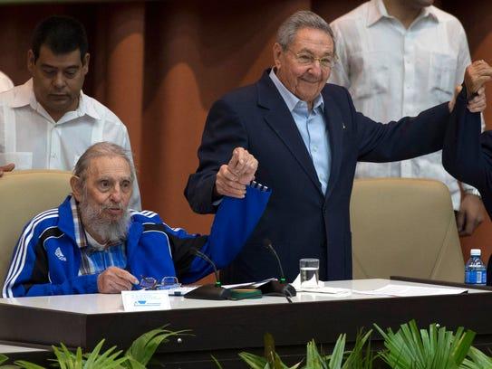 Fidel Castro acompaña a su hermano, el presidente Fidel