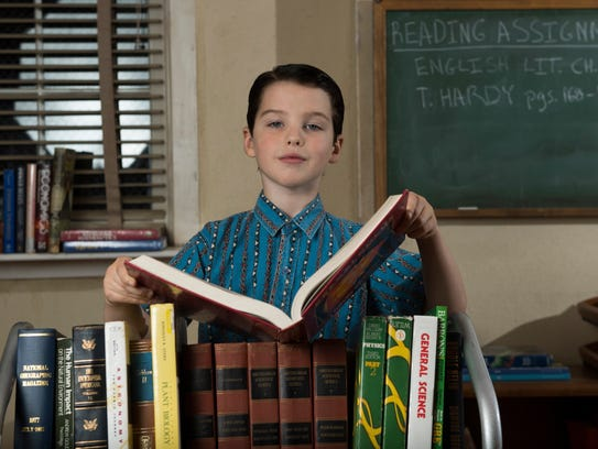 'Young Sheldon's Iain Armitage, posing as a youthful