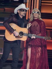 Hosts Brad Paisley and Carrie Underwood wear eclipse
