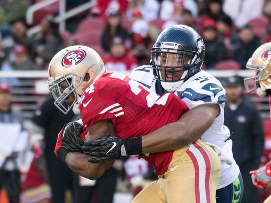 Seahawks inebacker Bobby Wagner tackles 49ers running