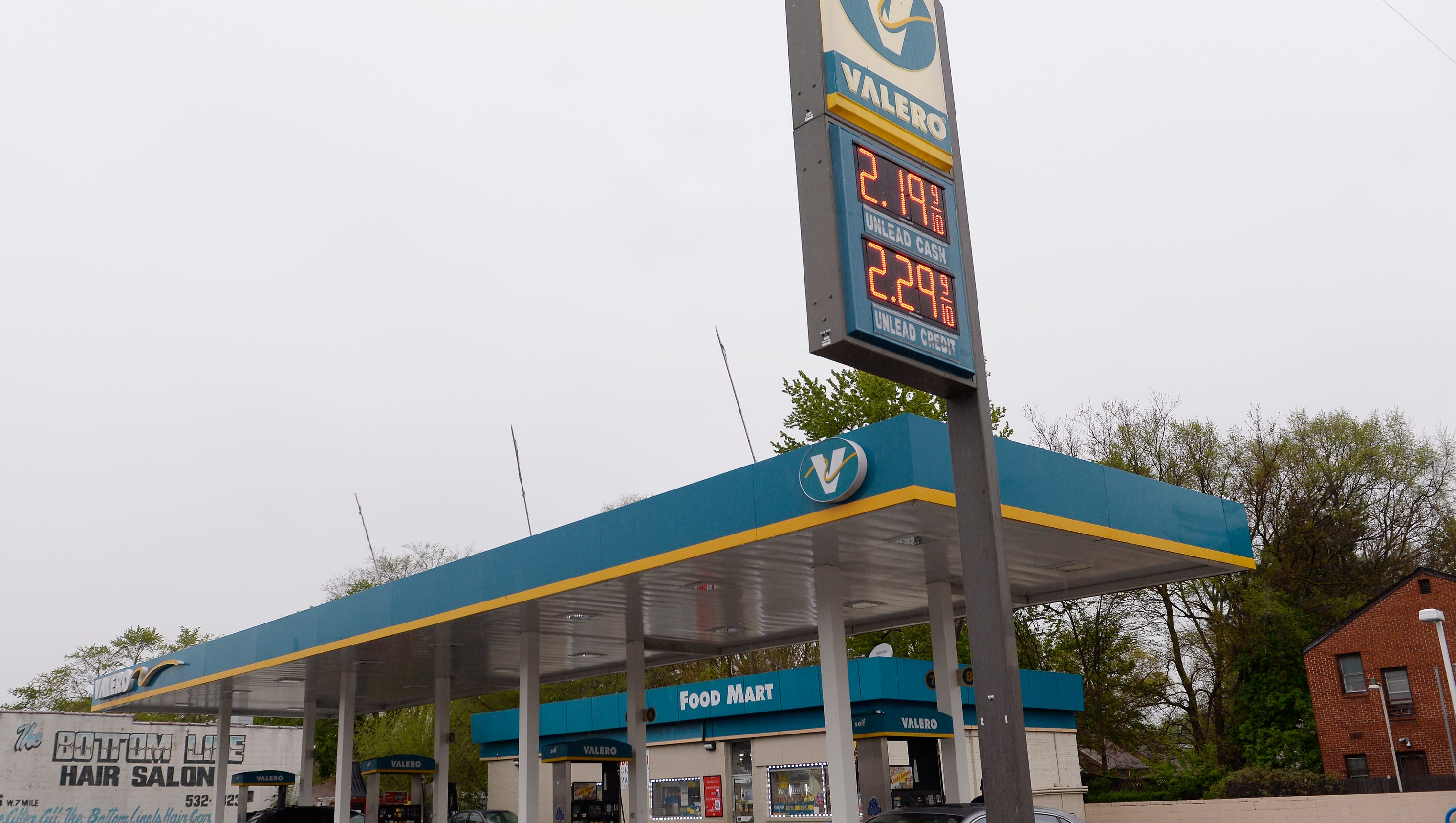 1 killed in triple shooting at Detroit gas station