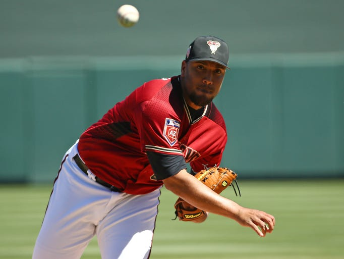 Arizona Diamondbacks pitcher Albert Suarez warms up