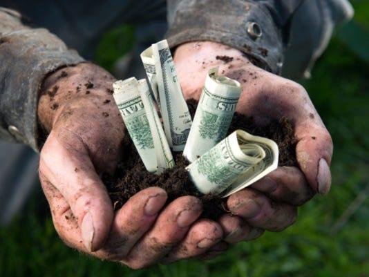 635882114580196601-farmer-money-470186603.jpg