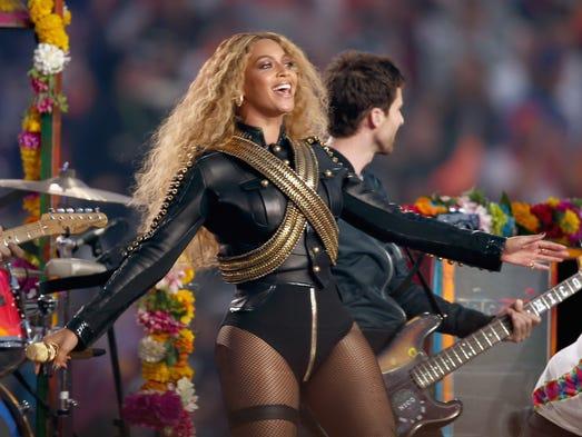 SANTA CLARA, CA - FEBRUARY 07:  Beyonce (R) performs