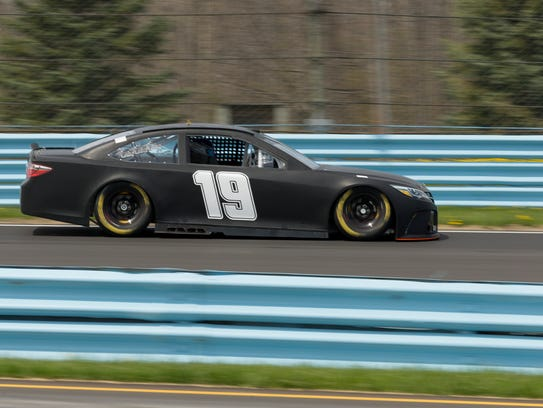 Carl Edwards works his way into Turn 1 during tire