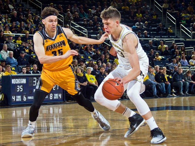 Kennesaw State forward Zach Cameron (35) defends Michigan