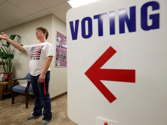 XXX APC_VOTING_110816_DJP00089.JPG USA WI