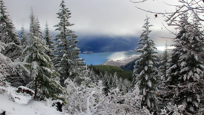 The view of Detroit Lake seen from Tumble Ridge Trail during winter is outstanding.