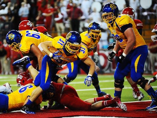 SDSU's #31 Zach Zenner rushes for a touchdown during